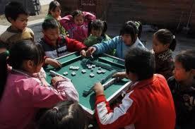 Crianças chinesas jogando mahjongg